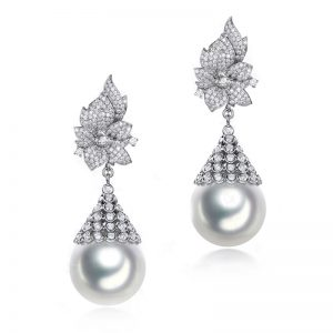 Natural White Pearl in 18K Gold Earring