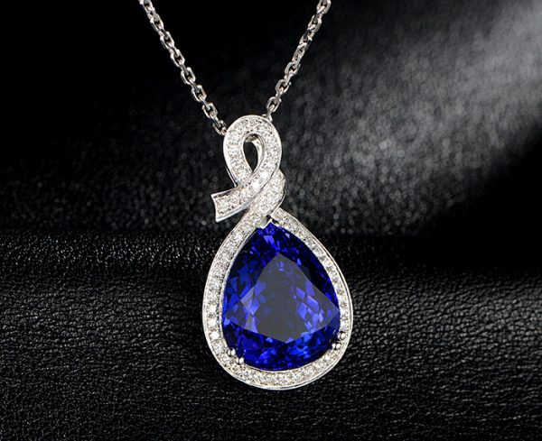 11.8ct Natural Blue Tanzanite in 18K Gold Pendant