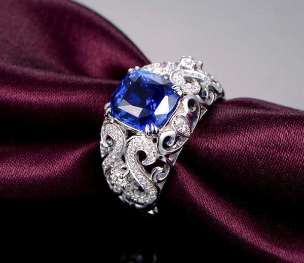 4.45ct Natural Blue Tanzanite in 18K Gold Ring