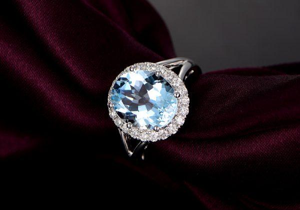3.75ct Natural Blue Aquamarine in 18K Gold Ring