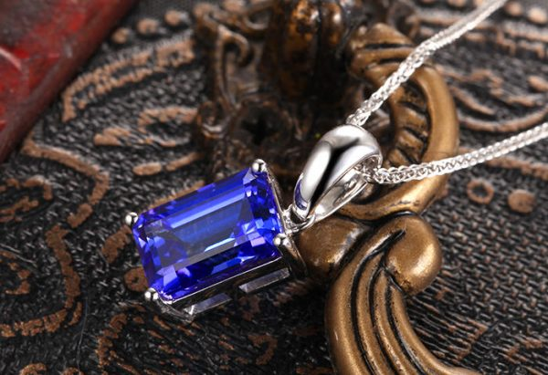 3.2ct Natural Blue Tanzanite in 18K Gold Pendant