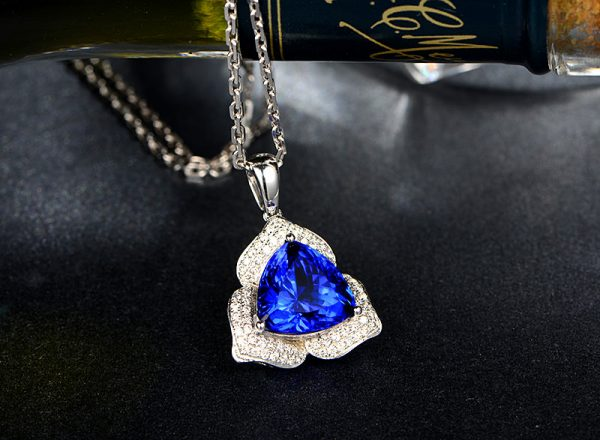 5.77ct Natural Blue Tanzanite in 18K Gold Pendant