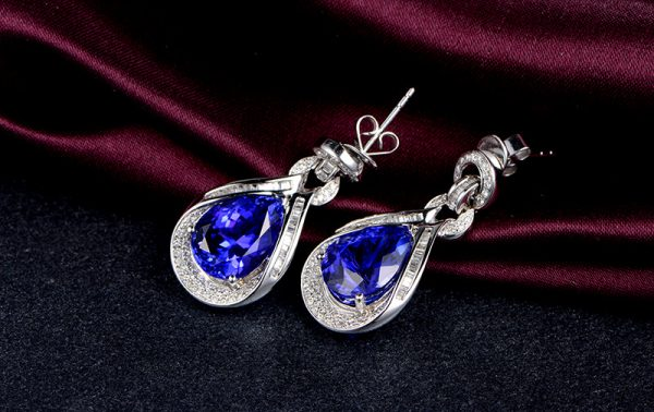 13.55ct Natural Blue Tanzanite in 18K Gold Earring