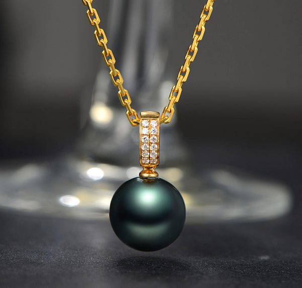 10.3 mm Natural Black Pearl in 18K Gold Pendant