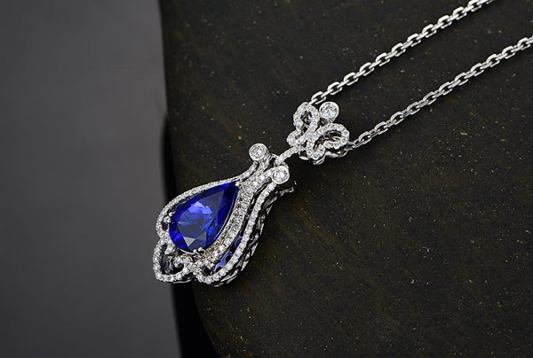 8.65ct Natural Blue Tanzanite in 18K Gold Pendant