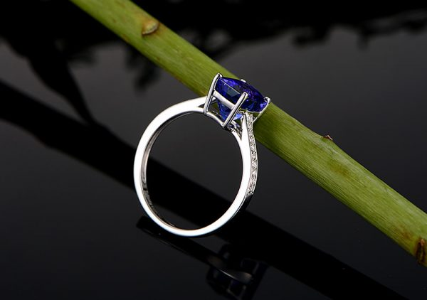 2.26ct Natural Blue Tanzanite in 18K Gold Ring
