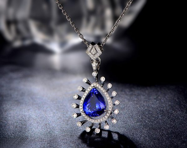 7.01ct Natural Blue Tanzanite in 18K Gold Pendant