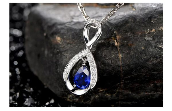 1.03ct Natural Blue Sapphire in 18K Gold Pendant