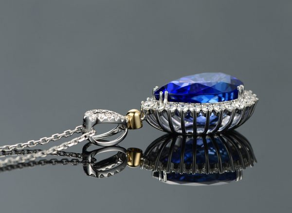 9.03ct Natural Blue Tanzanite in 18K Gold Pendant