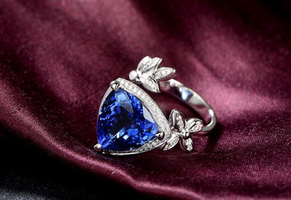 9.4ct Natural Blue Tanzanite in 18K Gold Ring