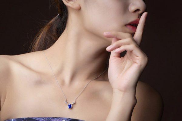 1.25ct Natural Blue Tanzanite in 18K Gold Pendant