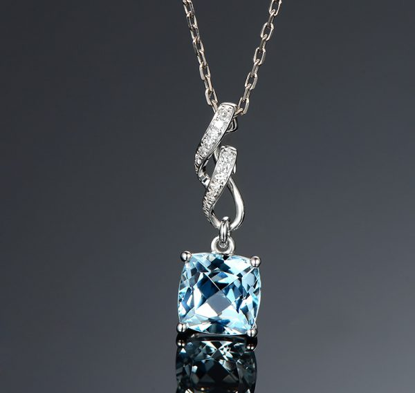 2.1ct Natural Blue Aquamarine in 18K Gold Pendant