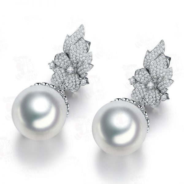 16.5-17 mm Natural White Pearl in 18K Gold Earring